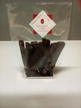Lamelles de pommes confites enrobées de chocolat noir.